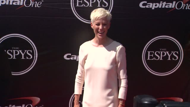 vídeos de stock e filmes b-roll de kelley o'hara, ashlyn harris, megan rapinoe, and ali krieger at the 2015 espys at microsoft theater on july 15, 2015 in los angeles, california. - microsoft theater los angeles