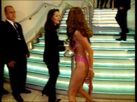 kelly brook signs us tv deal lib london leicester square int presenter kelly brook along on arrival at premiere of film 'snatch' - kelly brook stock-videos und b-roll-filmmaterial