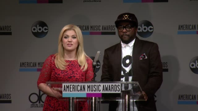 kelly clarkson announces the favorite male artist for pop/rock nominees at the 2013 american music awards nominations press conference at bb king... - 2013 american music awards stock videos & royalty-free footage