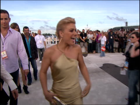 Kelly Clarkson Arriving at the 2005 MTV Video Music Awards red carpet
