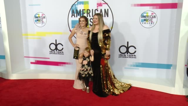 kelly clarkson at 2017 american music awards on november 19 2017 in los angeles california - american music awards stock videos & royalty-free footage