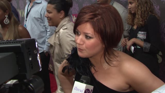 stockvideo's en b-roll-footage met kelly clarkson at the 2009 vh1 divas red carpet at new york ny - vh1