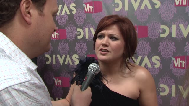 kelly clarkson at the 2009 vh1 divas red carpet at new york ny - vh1 stock-videos und b-roll-filmmaterial