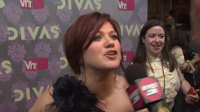 kelly clarkson talking about what she's looking forward to paula abdul and how she feels too young to be a diva at the 2009 vh1 divas red carpet at... - paula abdul stock videos & royalty-free footage