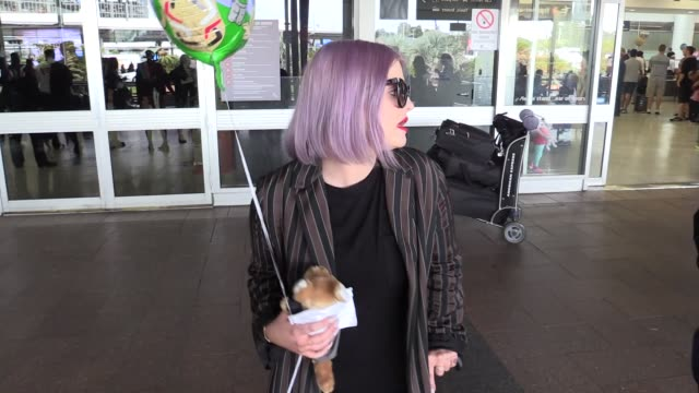 vídeos de stock, filmes e b-roll de kelly osbourne arrives into sydney for the launch of the new season of australia's got talent on january 28 2016 in sydney australia - kelly osbourne