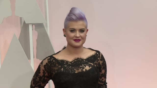 vídeos de stock, filmes e b-roll de kelly osbourne at 87th annual academy awards arrivals at dolby theatre on february 22 2015 in hollywood california - kelly osbourne