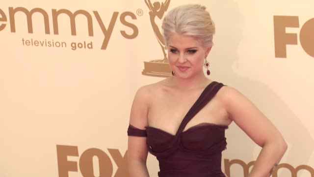 vídeos de stock, filmes e b-roll de kelly osbourne at the 63rd primetime emmy awards arrivals part 1 at los angeles ca - kelly osbourne