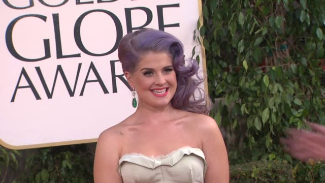 vídeos de stock, filmes e b-roll de kelly osbourne at the 70th annual golden globe awards arrivals in beverly hills ca on 1/13/13 - kelly osbourne