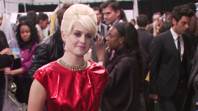 kelly osbourne at the fashion for relief - haiti, nyc - backstage - fall 2010 mbfw at new york ny. - ファッションフォーリリーフ点の映像素材/bロール
