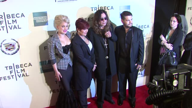 vídeos de stock, filmes e b-roll de kelly osbourne sharon osbourne ozzy osbourne and jack osbourne at the 2011 tribeca film festival premiere of 'god bless ozzy osbourne' at new york ny - kelly osbourne