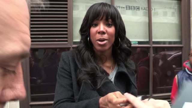 kelly rowland arrives at bbc radio one to promote her acts on the current season of x factor. sighted: kelly rowland at bbc radio one studios on... - bbc radio stock videos & royalty-free footage