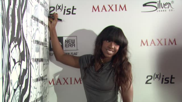 stockvideo's en b-roll-footage met kelly rowland at the 2011 maxim hot 100 party with new era, miller lite, 2ist and silver jeans co. at hollywood ca. - kelly rowland