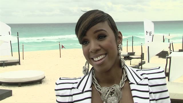 stockvideo's en b-roll-footage met kelly rowland on who her 'valentine' would be. at the nelly video shoot in cancun, mexico at cancun . - kelly rowland
