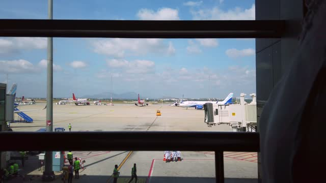 kempegowda international airport is an international airport serving bangalore, the capital of the indian state of karnataka. it serves as a hub for... - hinweisschild stock-videos und b-roll-filmmaterial