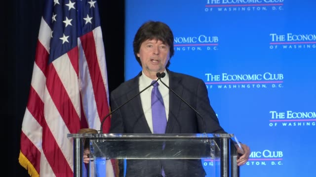 vídeos de stock e filmes b-roll de ken burns, the producer of civil war, the roosevelts, and vietnam makes a surprise appearance to the economic club of washington and talks about his... - filme documentário