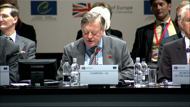 vídeos de stock e filmes b-roll de ken clarke at the council of europe conference in brighton; clarke speech sot - in brighton there is on display an historic document which the... - magna carta documento histórico