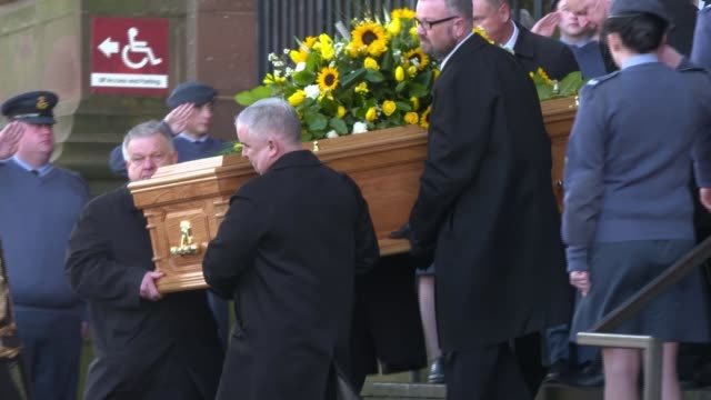 vidéos et rushes de coffin leaves cathedral england liverpool liverpool anglican cathedral ext coffin carried from cathedral to hearse / hearse departs past applauding... - ken dodd