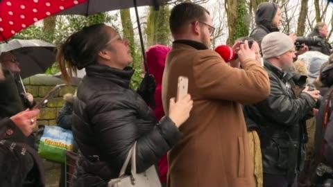 vídeos de stock, filmes e b-roll de ken dodd funeral; england: merseyside: knotty ash: ext children stand outside church performing hand gestures to ken dodd song, 'happiness' sot... - embaraçado