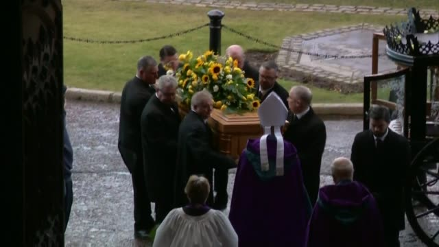 vidéos et rushes de ken dodd funeral liverpool anglican cathedral ken dodd coffin lifted from hearse at entrance to cathedral - ken dodd