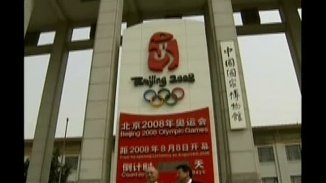 ken livingstone says tory party 'riddled' with homosexuality; t10040625 china: beijing: tiananmen square: low angle sign 'beijing 2008' countdown... - 2008年北京夏季オリンピック点の映像素材/bロール