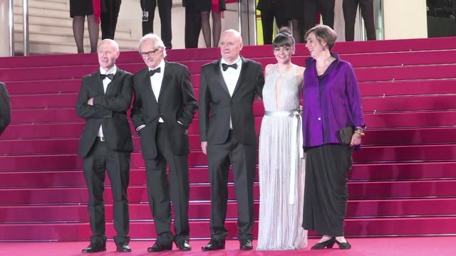vidéos et rushes de ken loach david johns paul laverty hayley squires and more on the red carpet of i daniel blake during the cannes film festival 2016 friday 13th may... - festival international de cannes
