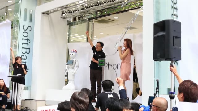 vídeos y material grabado en eventos de stock de ken miyauchi vice president and chief operating officer of softbank corp speaks during a count down event for the sales launch of the iphone 6 and... - plus key