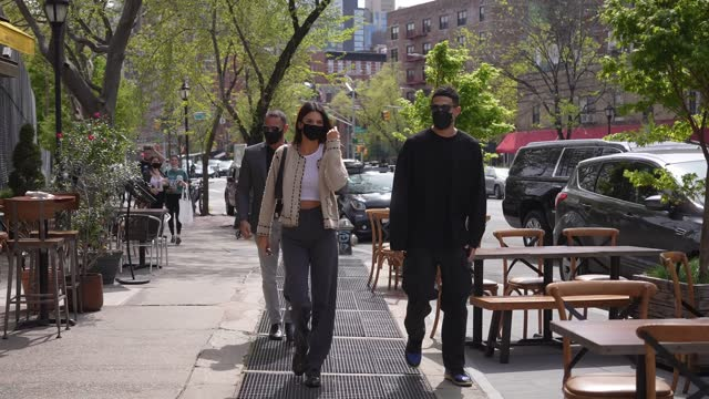 stockvideo's en b-roll-footage met kendall jenner and devin booker are seen in soho on april 24, 2021 in new york city. - beroemdheden gespot