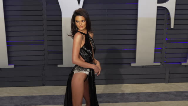 vídeos de stock e filmes b-roll de kendall jenner at 2019 vanity fair oscar party hosted by radhika jones at wallis annenberg center for the performing arts on february 24 2019 in... - vanity fair