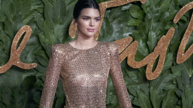 stockvideo's en b-roll-footage met kendall jenner at the fashion awards 2018 in partnership with swarovski red carpet at royal albert hall on december 10 2018 in london england - prijs onderscheiding