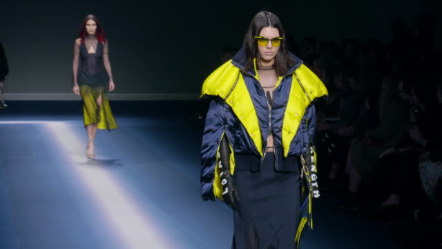 stockvideo's en b-roll-footage met runway kendall jenner gigi hadid bella hadid lexi boling at milan fashion week versace a/w17 catwalk show on february 24 2017 in milan - versace modelabel
