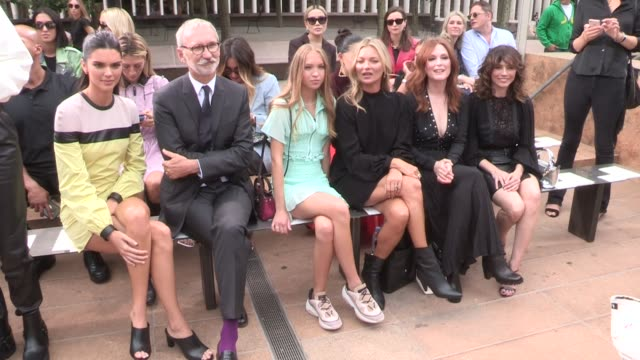 stockvideo's en b-roll-footage met kendall jenner kate moss lila moss linda cardellini julianne moore philippe cassegrain front row for the longchamp spring summer 2020 fashion show in... - new york modeweek