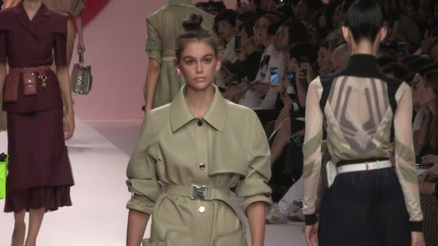kendall jenner vittoria ceretti grace elizabeth adwoa aboah kaia gerber bella hadid gigi hadid and their fellow models on the runway for the fendi... - modewoche stock-videos und b-roll-filmmaterial