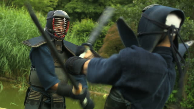 kendo fighter bow and fighting - 攻撃的点の映像素材/bロール