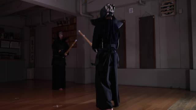 vidéos et rushes de kendo practice in dojo, tokyo, japan. - terme sportif