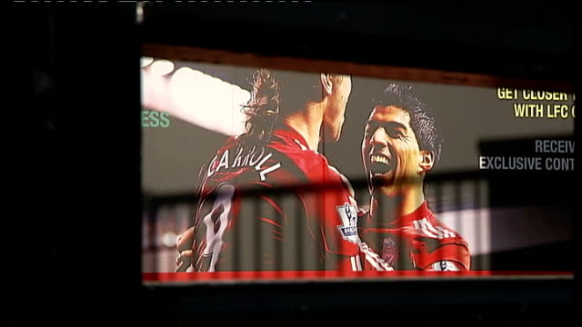 vídeos de stock e filmes b-roll de kenny dalglish sacked by liverpool; liverpool: anfield: ext large photograph on wall of stadium showing image of luis suarez wearing 'anfield'... - fato de treino