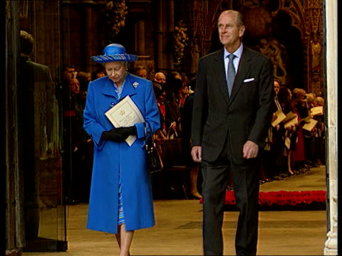 vidéos et rushes de kensington palace gardens wipe to london westminster abbey queen elizabeth ii prince philip coming out of abbey queen carrying flowers during... - prince philip