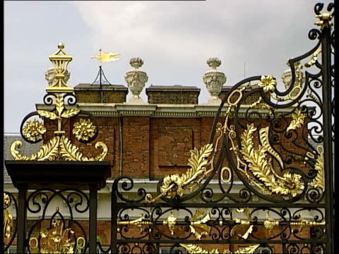 value for money; itn england: london: kensington: ext seq following seq of shots with music u'lay cms padlock on gates of kensington palace ornate... - weichzeichner stock-videos und b-roll-filmmaterial