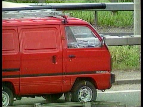 kent: m25 motorway: ext bv cameron's red bedford rascal van parked on slip road with forensics officers around van at side of road l-r bv van on road... - zoom out 個影片檔及 b 捲影像