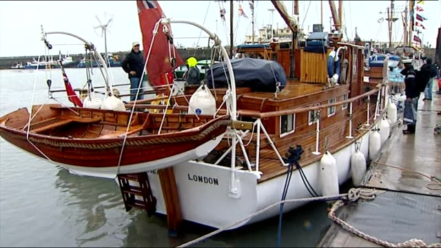 vídeos de stock e filmes b-roll de kent ramsgate ext boat moored in harbour men fixing boat's motor - ramsgate