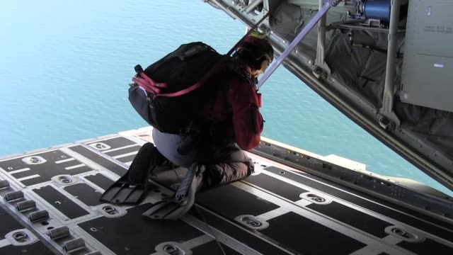 kentucky air national guard special tactics squadron perform open ocean jumpmaster training in alaska - fallschirmjäger stock-videos und b-roll-filmmaterial