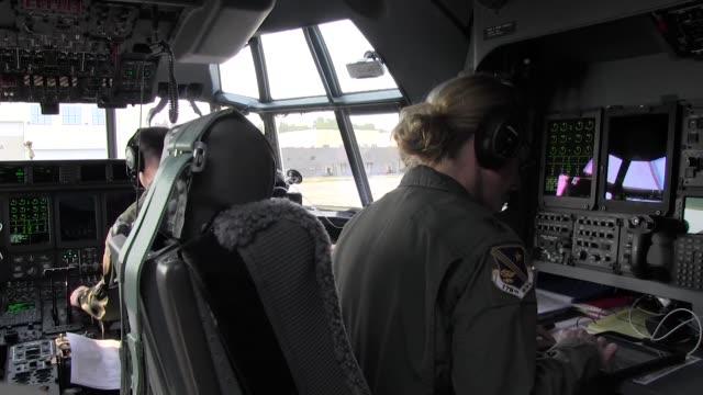 kentucky air national guard special tactics squadron perform open ocean jumpmaster training in alaska. - ダイビング用のフィン点の映像素材/bロール