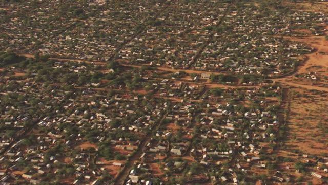 stockvideo's en b-roll-footage met kenya, dabaab: aerial view of hadagera camp - vluchteling ontheemden