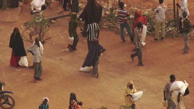 Kenya, Dabaab: People taking supplies