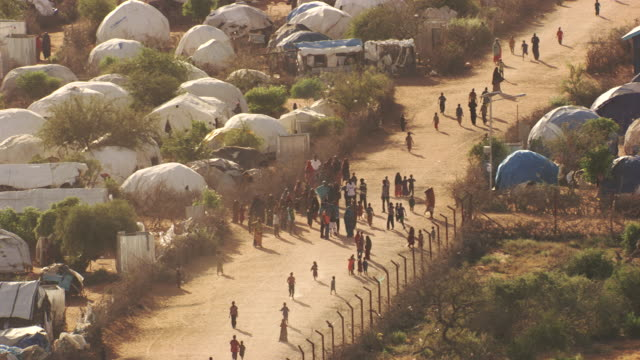 kenya, dabaab: people walking and tents - flüchtling stock-videos und b-roll-filmmaterial