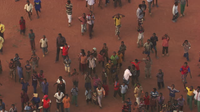 kenya, dabaab: people walking and waving - refugee camp stock videos & royalty-free footage