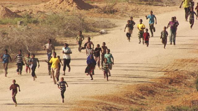 kenya dadaab : people who run in kambioos camp - emigrazione e immigrazione video stock e b–roll