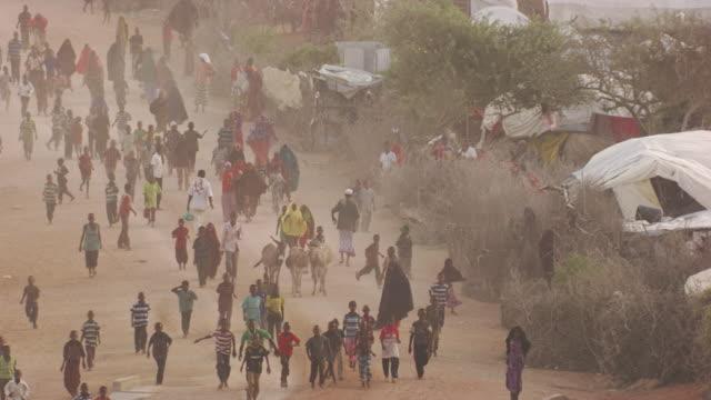 vídeos de stock, filmes e b-roll de kenya dadaab : people who run in kambioos camp - emigração e imigração