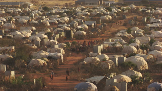 kenya dadaab : wide shot of a refugee camps - refugee camp stock videos & royalty-free footage