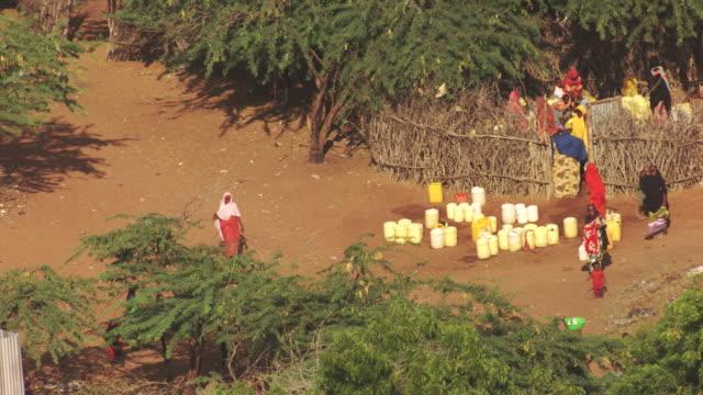 kenya dadaab : working women - ドラム容器点の映像素材/bロール