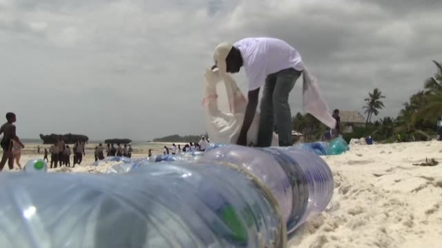 vídeos de stock e filmes b-roll de kenya on world environment day bars all single-use plastics such as water bottles and straws from its national parks, beaches, forests and other... - utilização única